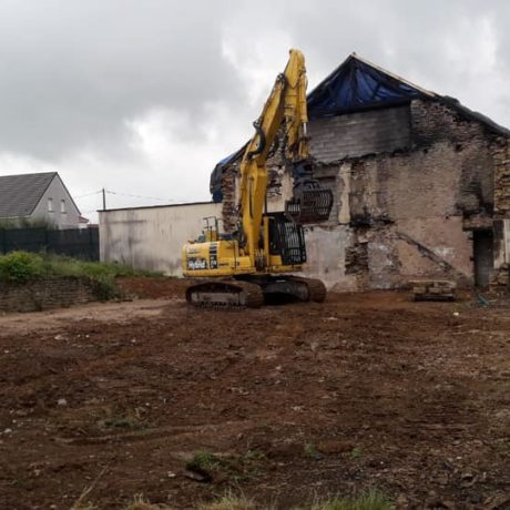 Place nette suite à la démolition d'une maison détruite par un incendie.