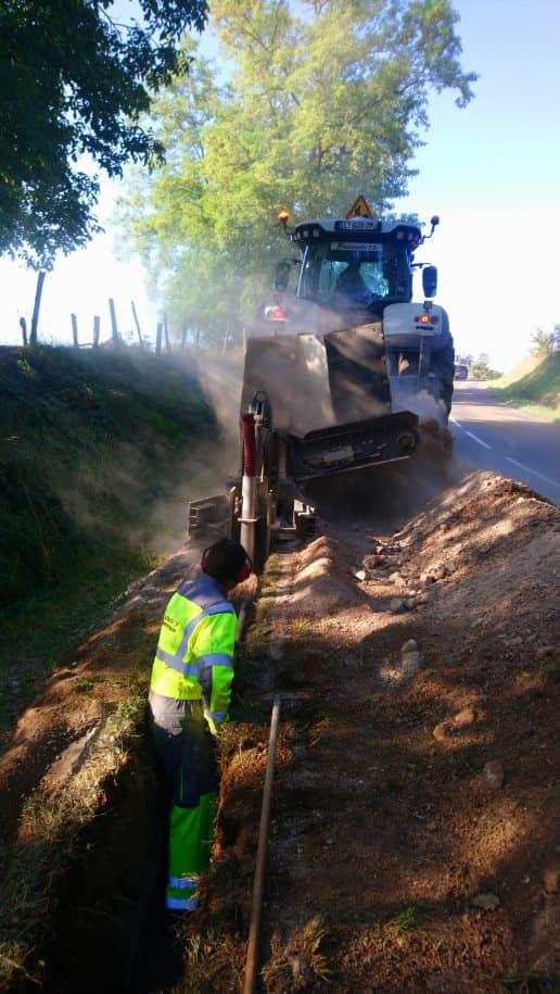 Chantier réseaux secs sur Echenoz-le-Sec avec notre trancheuse et notre tracteur Valtra . Nos équipes font du très bon travail comme à leurs habitudes