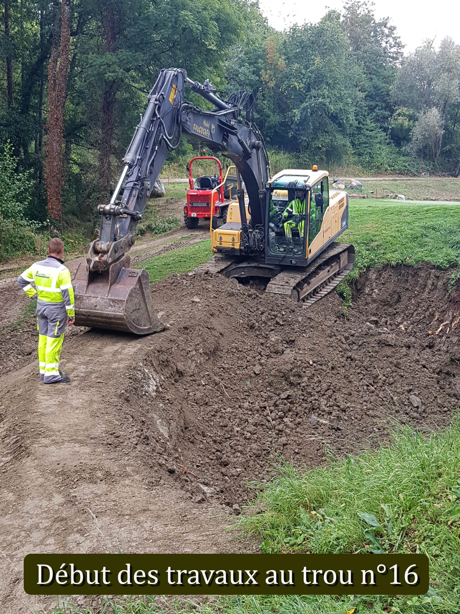 Les travaux de rénovation du parcours ont débuté le 31 août avec la préparation de la zone de stockage des boues de l'étang du trou N°16. La société FAUCOGNEY TP, mandatée par le Département a commencé ce matin le curage. Durée des travaux une quinzaine de jours. Le trou reste accessible pour les joueurs.