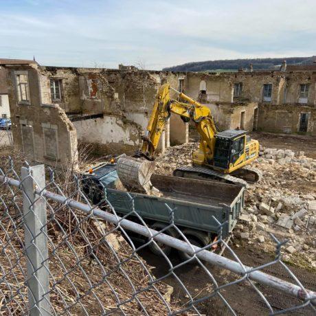 Le mur arrière est déjà démoli , on a mis les pierres de tailles de côté . Maintenant il reste à évacuer les gravas