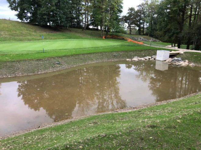 TP faucogney - Voilà , les dernières finitions sur notre chantier du golf de Genevrey sont finies . Grille en inox sur le moine , enrochements et pelouse semée