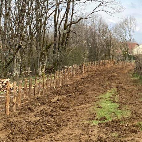 Alignement du talus et création de clôture dans terrain rocheux sur Echenoz la Méline . Il reste encore à niveler nos traces avant de partir