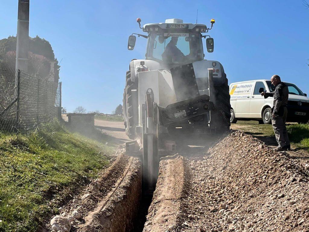 Chantier de trancheuse sur Port sur Saône avec un sol rocheux pour pose de conduite d'eau