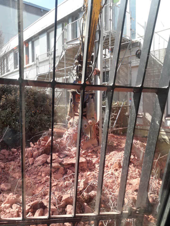Démolition d'un support d'escalier de secours en béton armé à l'hôpital de VESOUL . Le tunnel de la future pharmacie se trouvera dessous.